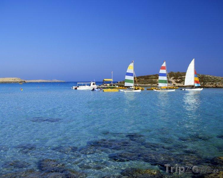 Fotka, Foto Agia Napa, lodě u pláže Nissi (Kypr)