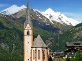 Alpy, kostel ve vesnici Heiligenblut, v pozadí hora Grossglockne