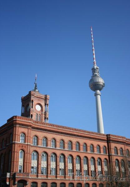 Fotka, Foto Berlínská radnice a televizní věž (Berliner Fernsehturm) (Berlín, Německo)