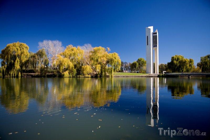 Fotka, Foto Canberra, zvonkohra National Carillon na břehu Lake Burley Griff (Austrálie)