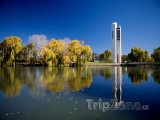 Canberra, zvonkohra National Carillon na břehu Lake Burley Griff