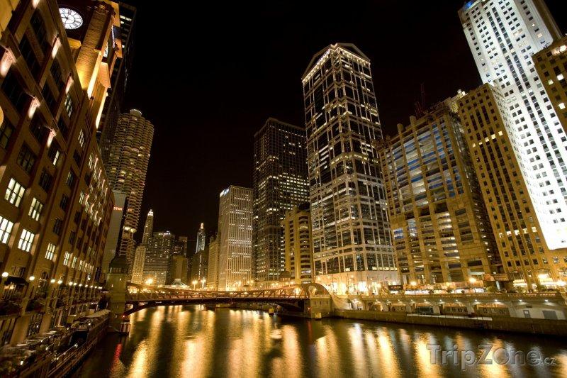 Fotka, Foto Centrum v noci (Chicago, USA)