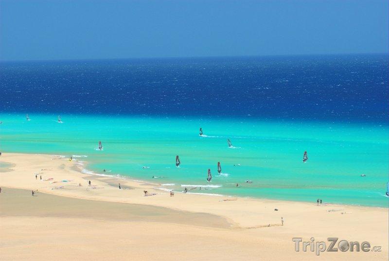 Fotka, Foto Fuerteventura, surfaři u pobřeží (Kanárské ostrovy, Španělsko)