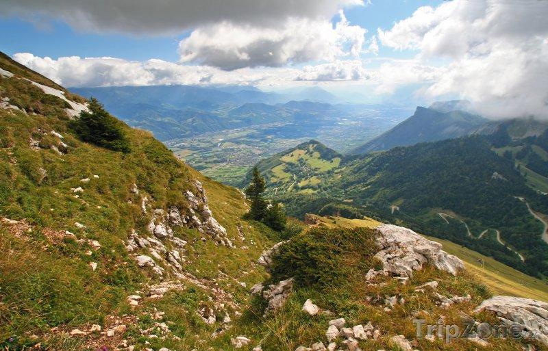 Fotka, Foto Grenoble, krajina nad městem (Francouzské Alpy, Francie)