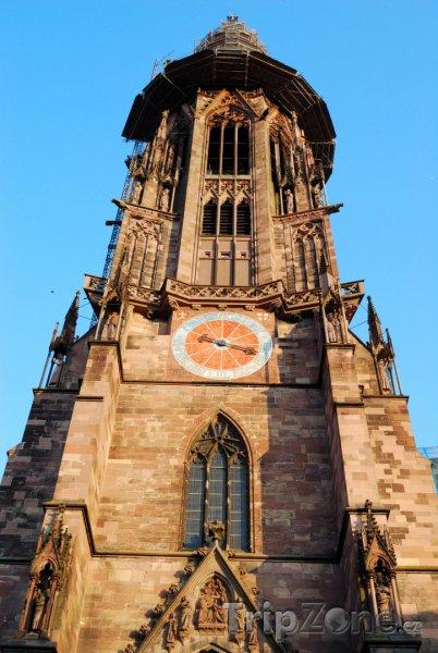 Fotka, Foto Hodiny na věži katedrály ve Freiburku (Bádensko-Württembersko, Německo)