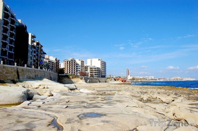 Fotka, Foto Kamenné pobřeží a hotely (Malta)