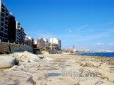 Kamenné pobřeží a hotely