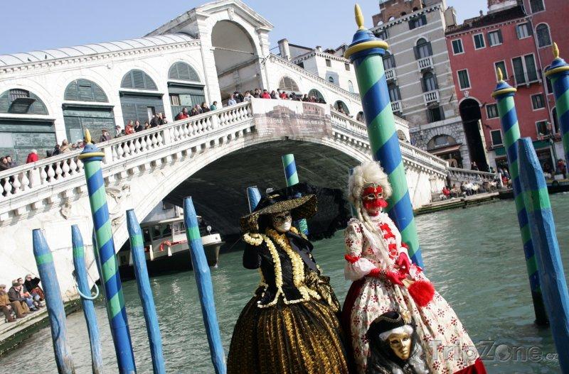 Fotka, Foto Karnevalový rej před Ponte di Rialto (Benátky, Itálie)
