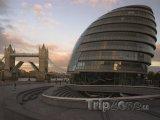 Londýnská radnice a v pozadí Tower Bridge