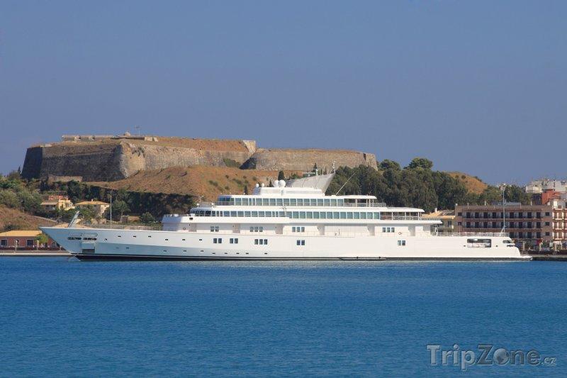 Fotka, Foto Luxusní jachta před Palaio Frourio (Korfu, Řecko)