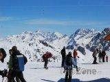 Lyžaři na vrcholu sjezdovky ve Třech údolích