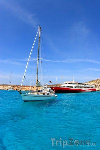 Fotka, Foto Ostrov Comino, lodě v Modré laguně (Malta)