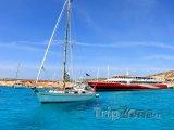 Ostrov Comino, lodě v Modré laguně