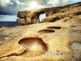 Ostrov Gozo, pobřeží, v pozadí skalní útvar Azurové okno