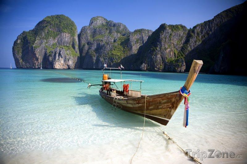 Fotka, Foto Phi Phi, loď v zálivu Maya Bay (Thajsko)