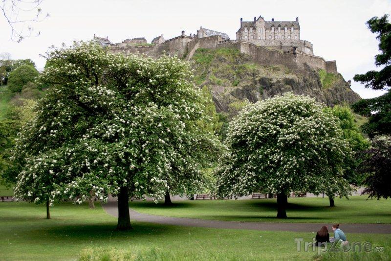 Fotka, Foto Pohled na hrad z Princes Street Gardens (Edinburgh, Velká Británie)