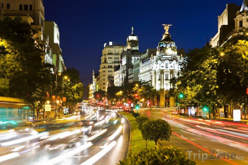 Fotka, Foto Rušná madridská ulice v noci (Madrid, Španělsko)