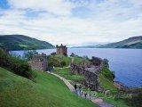 Skotsko, hrad Urquhart na břehu jezera Loch Ness