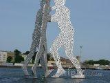 Socha Molecule Man v Berlíně