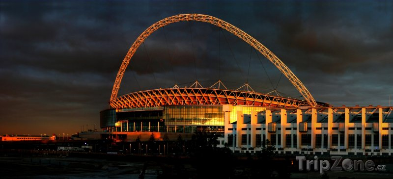 Fotka, Foto Stadion Wembley při západu slunce (Londýn, Velká Británie)