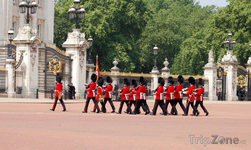 Fotka, Foto Stráže před Buckinghamským palácem (Londýn, Velká Británie)