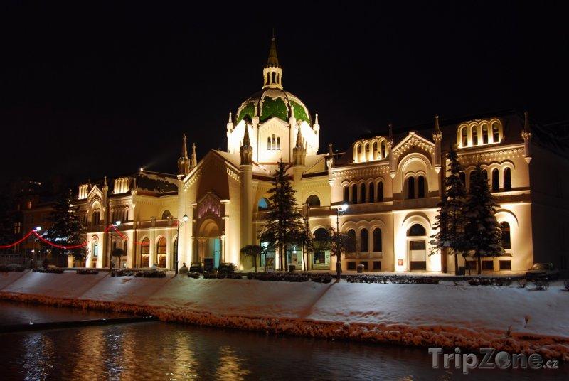 Fotka, Foto Budova Akademie výtvarných umění v noci (Sarajevo, Bosna a Hercegovina)