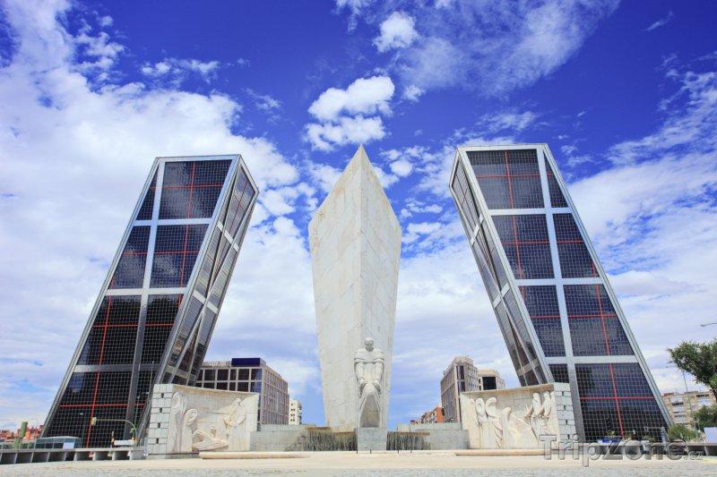 Fotka, Foto Budovy Brána Evropy (Puerta de Europa) (Madrid, Španělsko)