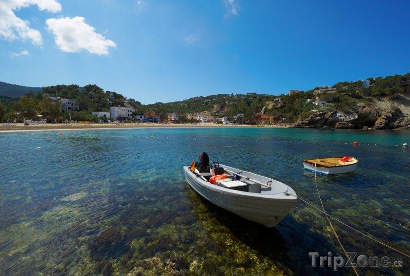 Fotka, Foto Cala Vadella, lodě u pobřeží (Ibiza, Španělsko)