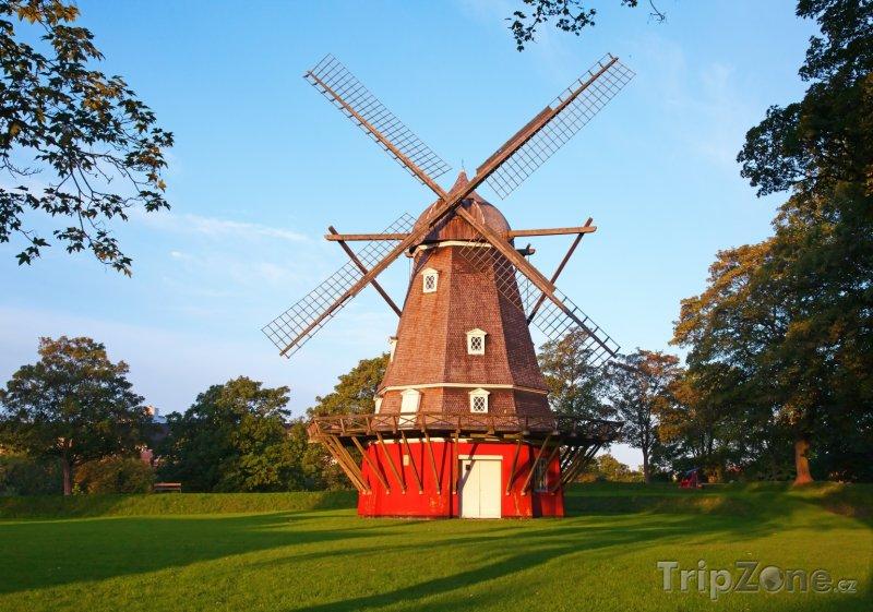 Fotka, Foto Dobový červený větrný mlýn v Kodani (Dánsko)