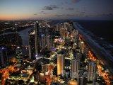 Gold Coast, předměstí Surfers Paradise v noci
