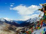 Hory a modlitební praporky v Tibetu