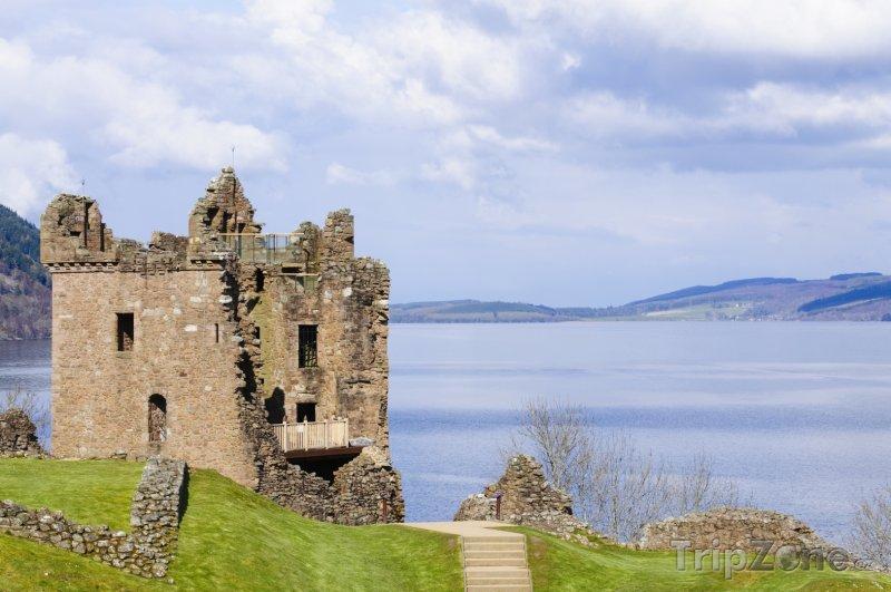 Fotka, Foto Hrad Urquhart u jezera Loch Ness (Velká Británie)