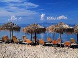Kos, lehátka a slunečníky na pláži
