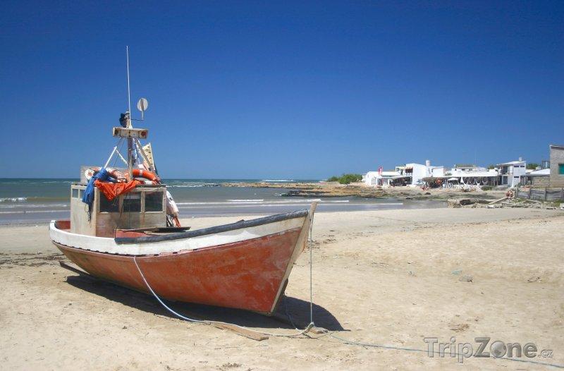 Fotka, Foto Loď na pláži ve vesnici Cabo Polonio (Uruguay)