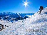 Lyžař ve francouzských Alpách