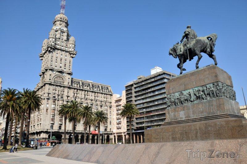 Fotka, Foto Montevideo, Palacio Salvo a mauzoleum Artigas (Uruguay)