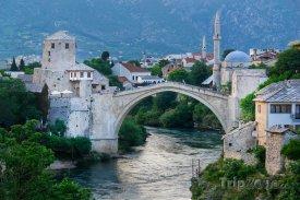 Mostar, most přes řeku Neretvu