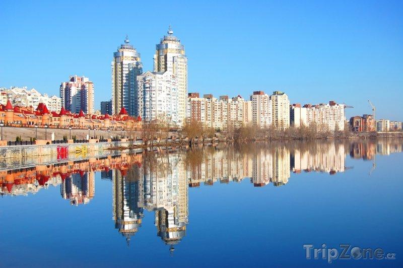 Fotka, Foto Mrakodrapy na břehu řeky Dněpr v Kyjevu (Ukrajina)