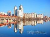 Mrakodrapy na břehu řeky Dněpr v Kyjevu