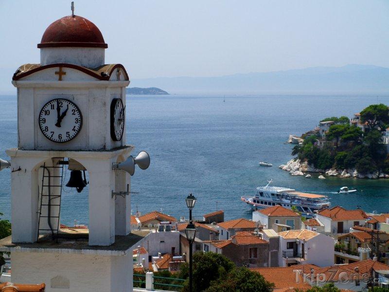Fotka, Foto Ostrov Skiathos, pohled na moře, vlevo zvonice (Řecko)