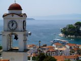 Ostrov Skiathos, pohled na moře, vlevo zvonice