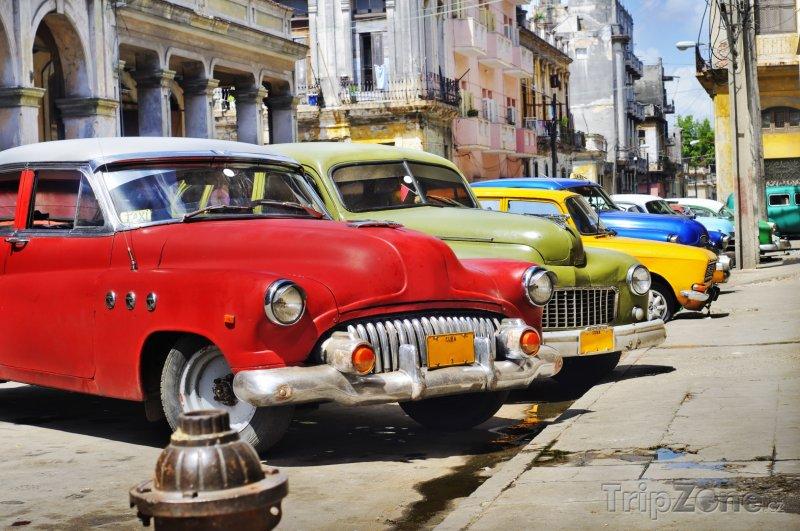 Fotka, Foto Pro Kubu typická americká auta v ulicích Havany (Kuba)