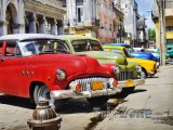 Pro Kubu typická americká auta v ulicích Havany