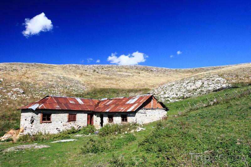 Fotka, Foto Starý dům a krajina v oblasti Mavrovo (Makedonie)