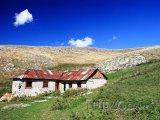 Starý dům a krajina v oblasti Mavrovo