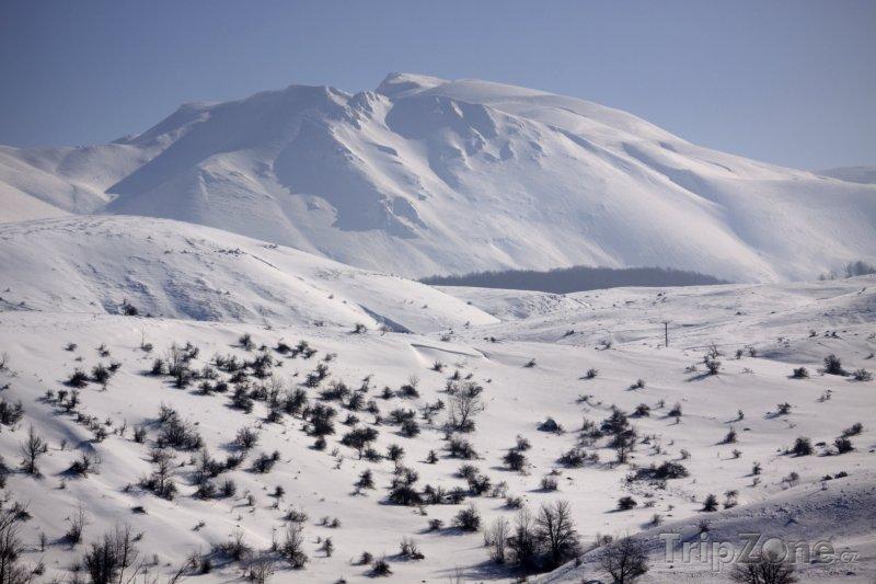 Fotka, Foto Zasněžená hora poblíž vesnice Cemerno (Bosna a Hercegovina)