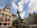 Antverpy, fontána a radnice na náměstí Grote Markt