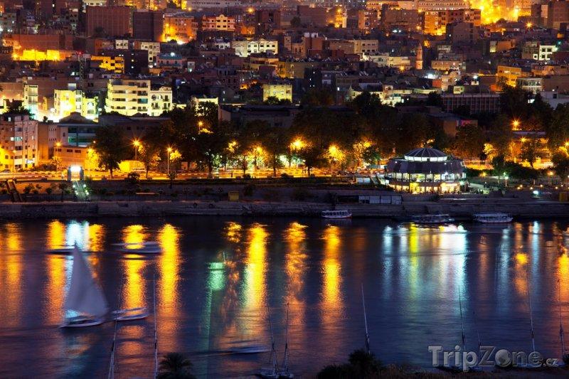 Fotka, Foto Asuán - město v noci (Egypt)