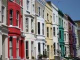 Barevné domy v ulici Portobello Road ve čtvrti Notting Hill