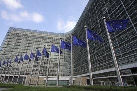 Brusel, vlajky před sídlem Evropské komise